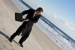 Hombre de negocios en la playa Fotos de archivo libres de regalías