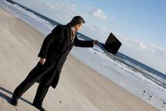 Hombre de negocios en la playa Foto de archivo