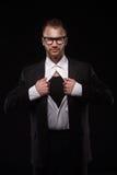 Hombre de negocios en los vidrios que rasgan de su camisa Foto de archivo libre de regalías