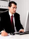 Hombre de negocios en oficina con el ordenador fotos de archivo libres de regalías