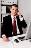 Hombre de negocios en oficina con el teléfono imagen de archivo libre de regalías