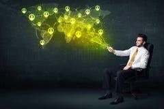 Hombre de negocios en oficina con la tableta y el mapa del mundo social de la red Fotografía de archivo