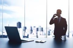 Hombre de negocios en oficina moderna foto de archivo