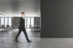 Hombre de negocios en oficina foto de archivo