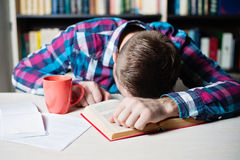 Hombre de negocios en paño casual que duerme en la tabla en oficina Fotos de archivo