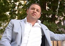 Hombre de negocios en parque borroso fondo Imagen de archivo libre de regalías