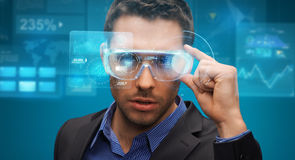 Hombre de negocios en realidad virtual o los vidrios 3d Imagenes de archivo