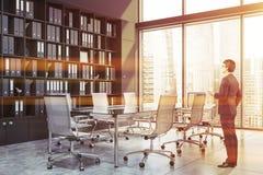 Hombre de negocios en sala de conferencias panorámica imágenes de archivo libres de regalías