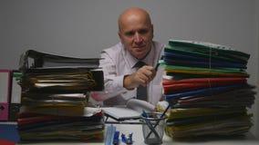 Hombre de negocios en sitio del archivo que comprueba documentos de contabilidad fotografía de archivo