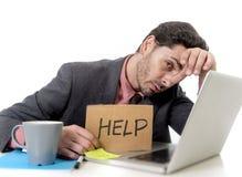 Hombre de negocios en traje y lazo que se sienta en el escritorio de oficina que trabaja en el co Fotos de archivo
