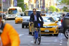 Hombre de negocios en un Citibike en New York City Fotografía de archivo