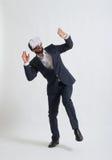 Hombre de negocios en un desgaste formal asustado de usar el reali virtual blanco Fotografía de archivo libre de regalías
