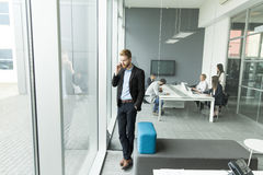 Hombre de negocios en un teléfono Imágenes de archivo libres de regalías