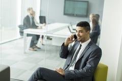 Hombre de negocios en un teléfono Imagen de archivo libre de regalías