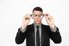 Hombre de negocios en un traje, el mirar fijamente, intentando ver algo en whi imagen de archivo