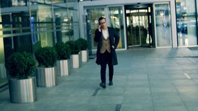 Hombre de negocios en un traje que habla en un teléfono, cierre para arriba