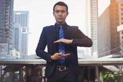 Hombre de negocios en un traje y lazo con la mano extendida para el impleme fotos de archivo