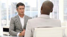 Hombre de negocios en una entrevista de trabajo metrajes