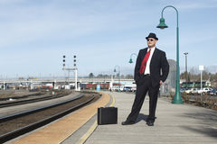 Hombre de negocios en una estación de tren Imágenes de archivo libres de regalías