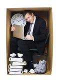 Hombre de negocios en una oficina apretada Fotos de archivo