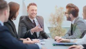 Hombre de negocios en una reunión con los empleados Foto de archivo libre de regalías