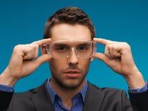 Hombre de negocios en vidrios protectores Imagen de archivo libre de regalías