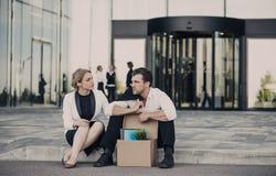 Hombre de negocios encendido que se sienta en la calle Foto de archivo libre de regalías