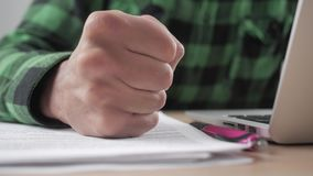 Hombre de negocios enojado Beats su puño en la tabla en el lugar de trabajo Amenaza de la violencia Boss muestra la agresión en l almacen de metraje de vídeo