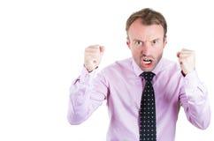 Hombre de negocios enojado, de griterío, jefe, ejecutivo, trabajador, empleado que pasa con un conflicto en su vida Foto de archivo libre de regalías