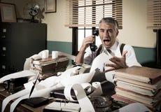 Hombre de negocios enojado del vintage que grita en el teléfono Fotos de archivo libres de regalías