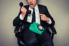 Hombre de negocios enojado en el teléfono Foto de archivo libre de regalías