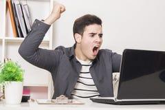 Hombre de negocios enojado en la computadora portátil fotos de archivo libres de regalías