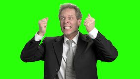 Hombre de negocios enojado extremo que tira del pelo y que grita metrajes