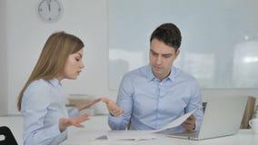 Hombre de negocios enojado Having Argument con el socio, pérdida de negocio almacen de video