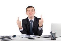 Hombre de negocios enojado que le muestra los dedos medios fotografía de archivo libre de regalías