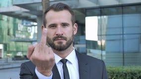 Hombre de negocios enojado que muestra el dedo medio almacen de video