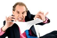 Hombre de negocios enojado que rompe el contrato. Imagen de archivo libre de regalías