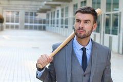 Hombre de negocios enojado que sostiene el bate de béisbol imágenes de archivo libres de regalías