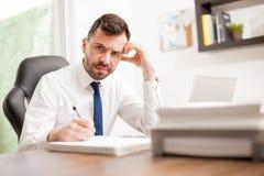 Hombre de negocios enojado y abrumado con el trabajo Imágenes de archivo libres de regalías