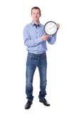 Hombre de negocios envejecido centro con el reloj de la oficina aislado en blanco fotos de archivo libres de regalías