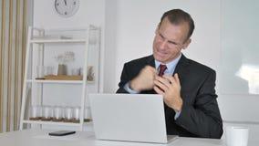 Hombre de negocios envejecido medio Reacting a la pérdida de negocio, crisis del dinero metrajes