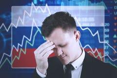 Hombre de negocios europeo con el gráfico decreciente de las finanzas Imagen de archivo libre de regalías