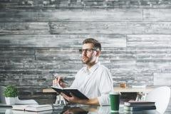 Hombre de negocios europeo joven en el lugar de trabajo imágenes de archivo libres de regalías