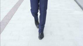 Hombre de negocios Feet Walking, Front View, al aire libre almacen de video