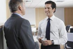Hombre de negocios feliz Communicating With Colleague foto de archivo