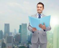 Hombre de negocios feliz con la carpeta abierta Imagenes de archivo