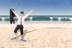 Hombre de negocios feliz con la máscara que bucea Imagen de archivo libre de regalías