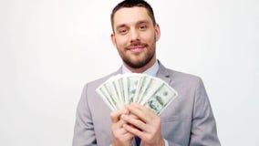 Hombre de negocios feliz con la porción de dinero del dólar metrajes