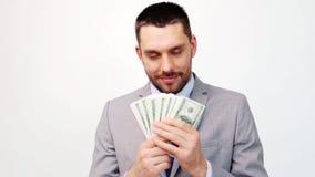 Hombre de negocios feliz con la porción de dinero del dólar almacen de metraje de vídeo