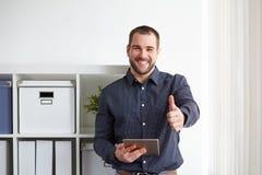 Hombre de negocios feliz con la tableta digital Fotografía de archivo